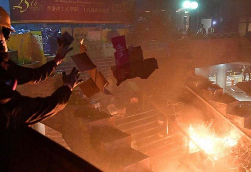 Полиция Гонконга взяла штурмом университет, в котором забаррикадировались протестующие