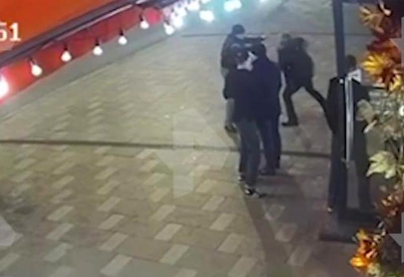 Камера сняла избиение капитана спецназа ФСБ у бара в центре Москвы