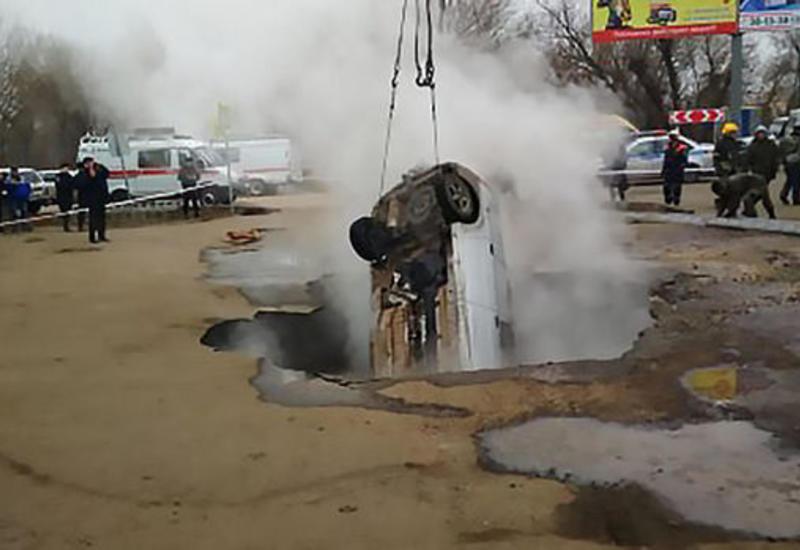 В России автомобиль провалился под асфальт в кипяток, есть жертвы