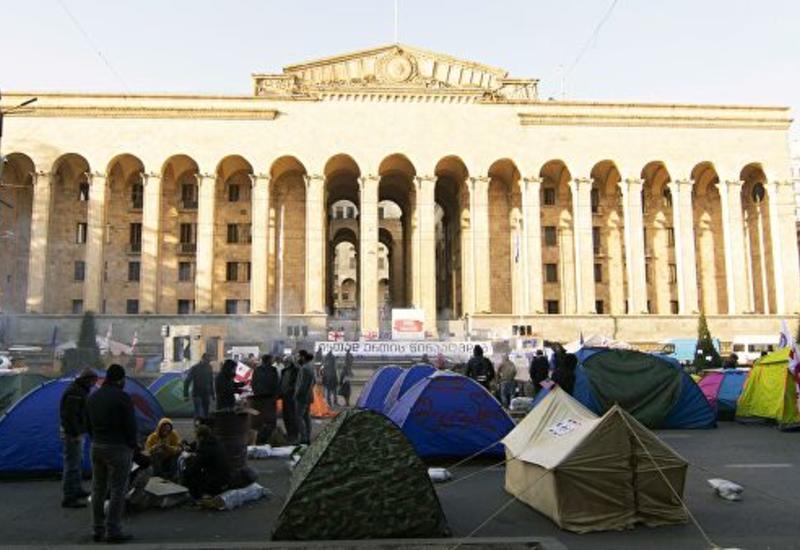 В Тбилиси митингующие вновь расставили палатки у парламента