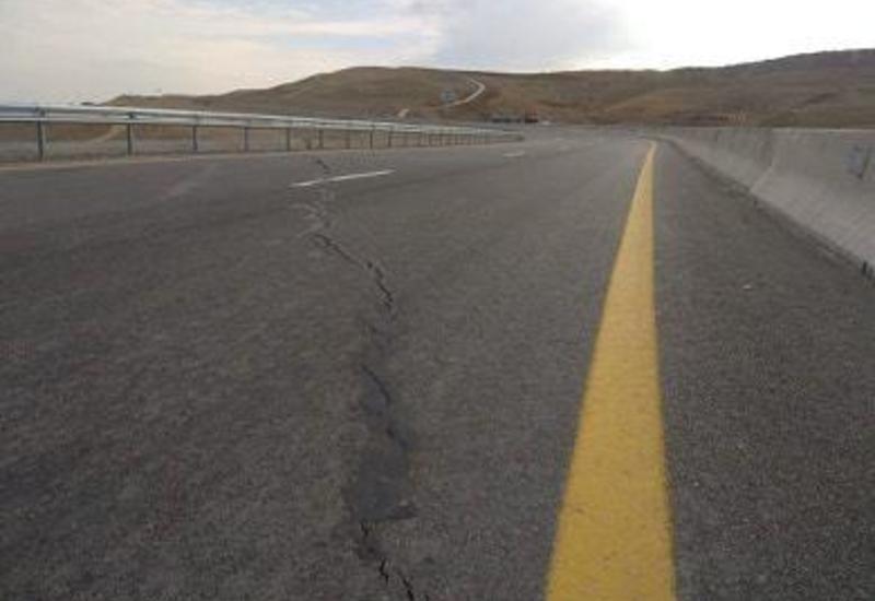 На одной из региональных автодорог в Азербайджане появилась трещина
