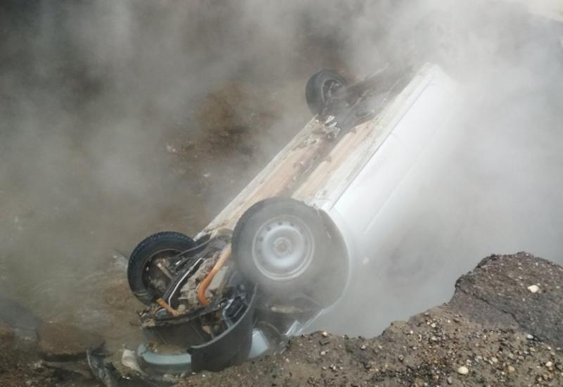 Момент падения авто с людьми в яму с кипятком в России попал на камеры