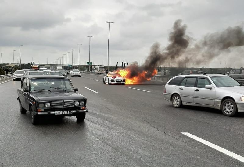 В Баку сгорел свадебный автомобиль