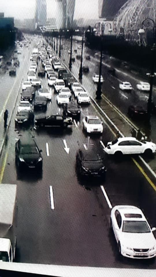 Тяжелая авария на крупном проспекте в Баку, образовалась пробка