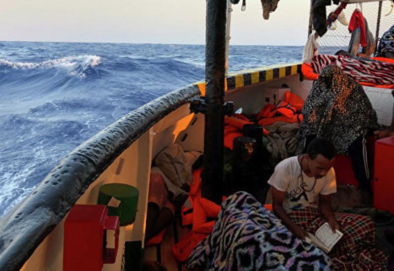 Итальянская береговая охрана спасла десятки мигрантов
