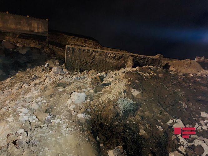 В Баку сошел очередной оползень, под завалами остались автомобили