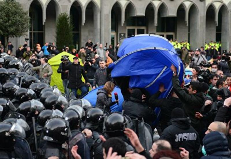 """""""Мы закроем все входы"""". В Грузии оппозиция угрожает не впускать депутатов в здание парламента"""