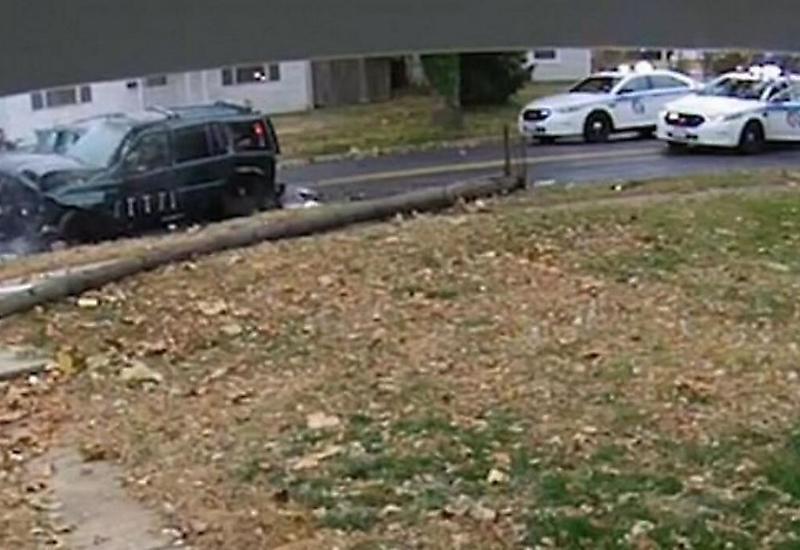 Автоугонщик, уходя от полицейской погони, протаранил автомобиль и сбил мачту освещения