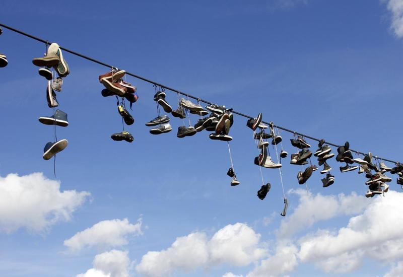 Зачем забрасывают ботинки на провода