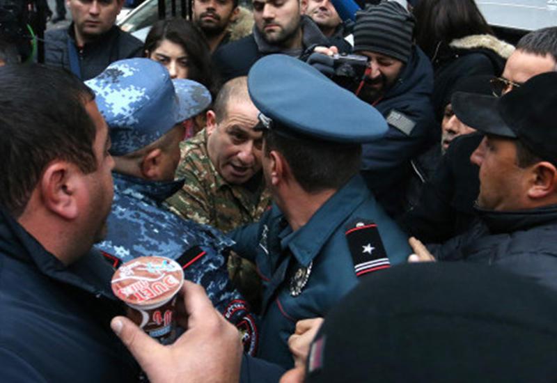В Ереване произошла стычка между митингующими гражданами и полицией