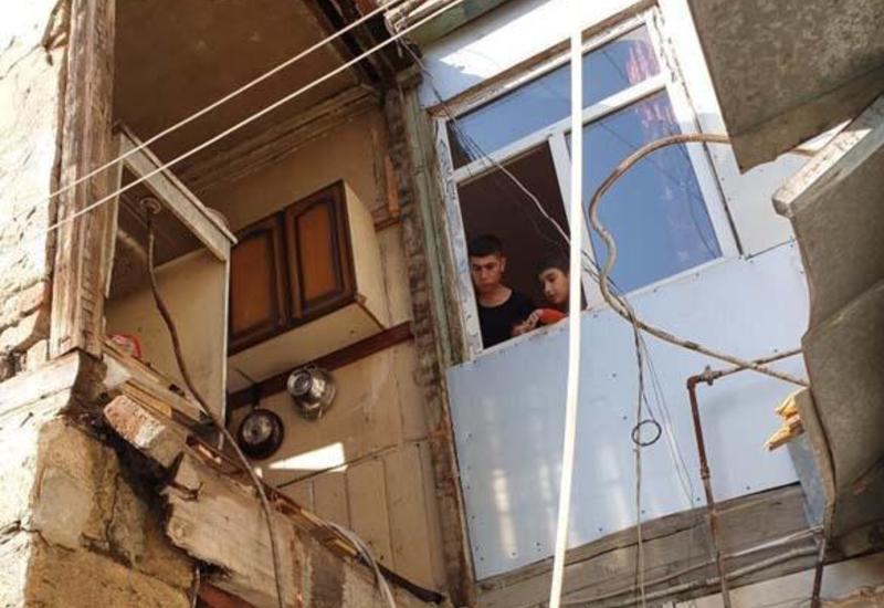 В Баку обвалился второй этаж жилого здания
