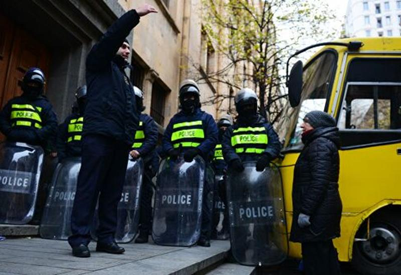 В Тбилиси полиция перекрыла доступ к зданию парламента