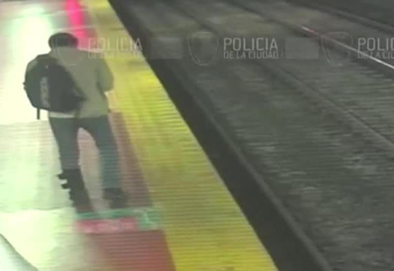 Пассажир метро засмотрелся в телефон и упал на рельсы