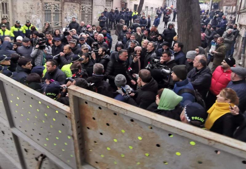 В Тбилиси оппозиция продолжает акцию протеста у парламента
