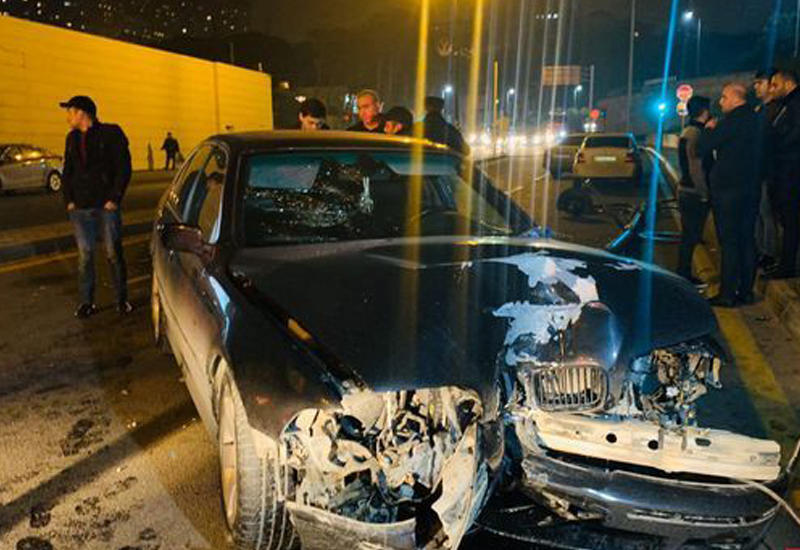 В Баку BMW снес фонарный столб