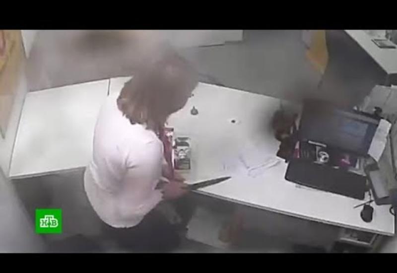 Менеджер обезоружила грабителя и напугала его криком