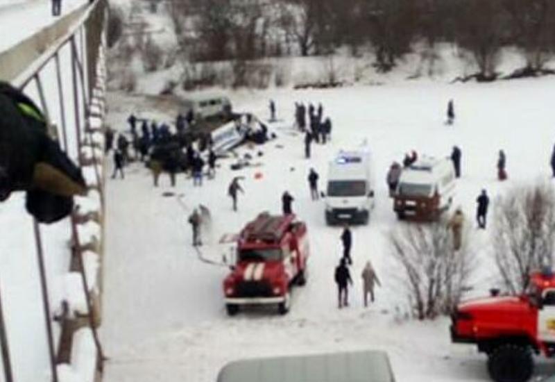 В России пассажирский автобус упал с моста, есть погибшие и пострадавшие