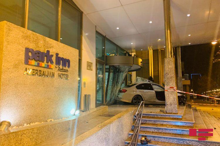 Жуткое ДТП: в Баку BMW врезался в известную гостиницу
