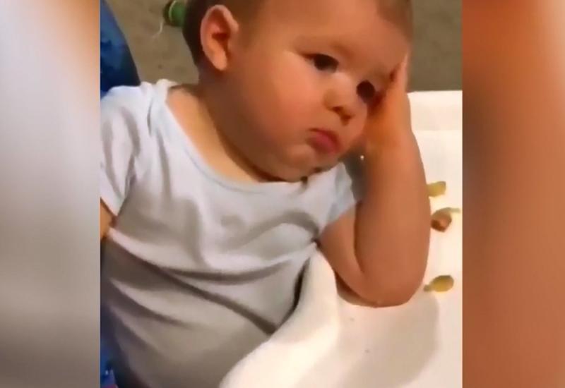Я устал от всего этого: утомленное лицо малыша насмешило Сеть