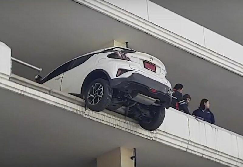 Автомобилистка припарковала свой автомобиль, пробив барьер на 4-ом этаже стоянки