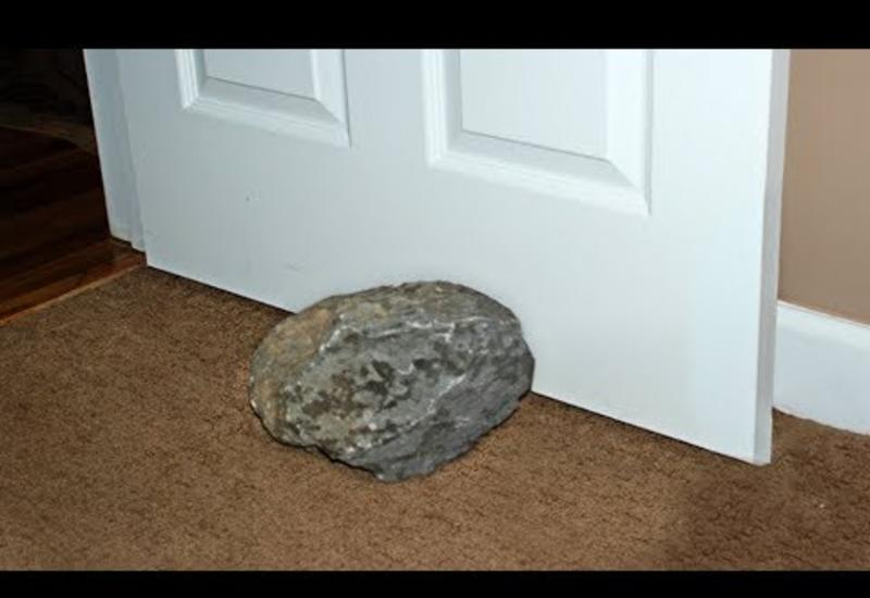 Мужчина 30 лет подпирал дверь камнем и не догадывался, что он стоит уйму денег