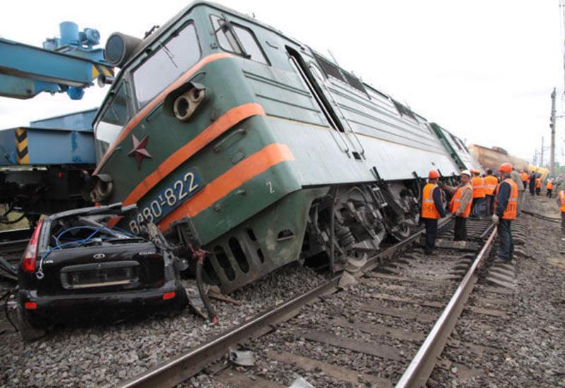 В Саатлы поезд столкнулся с легковым автомобилем, есть погибшие