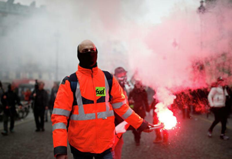 В Париже участники протеста применяют взрывпакеты