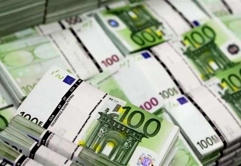 Неизвестные сбросили в канал Милана тысячи банкнот по 100 евро