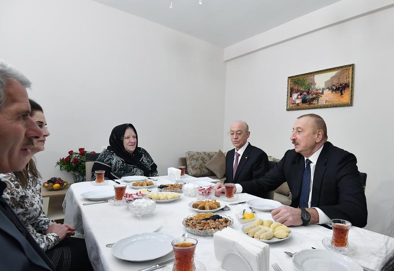 Президент Ильхам Алиев ознакомился с условиями в новом здании для семей, пострадавших от землетрясения в Шамахинском районе