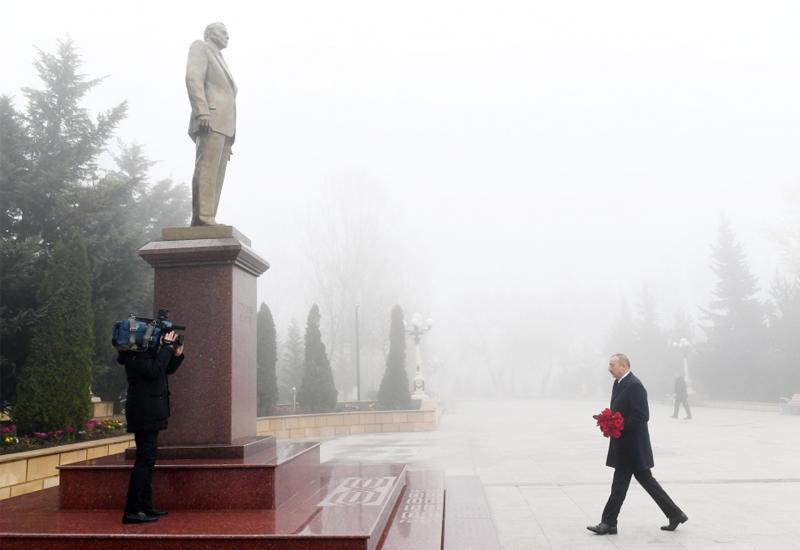 Президент Ильхам Алиев посетил памятник великому лидеру Гейдару Алиеву в городе Шамаха