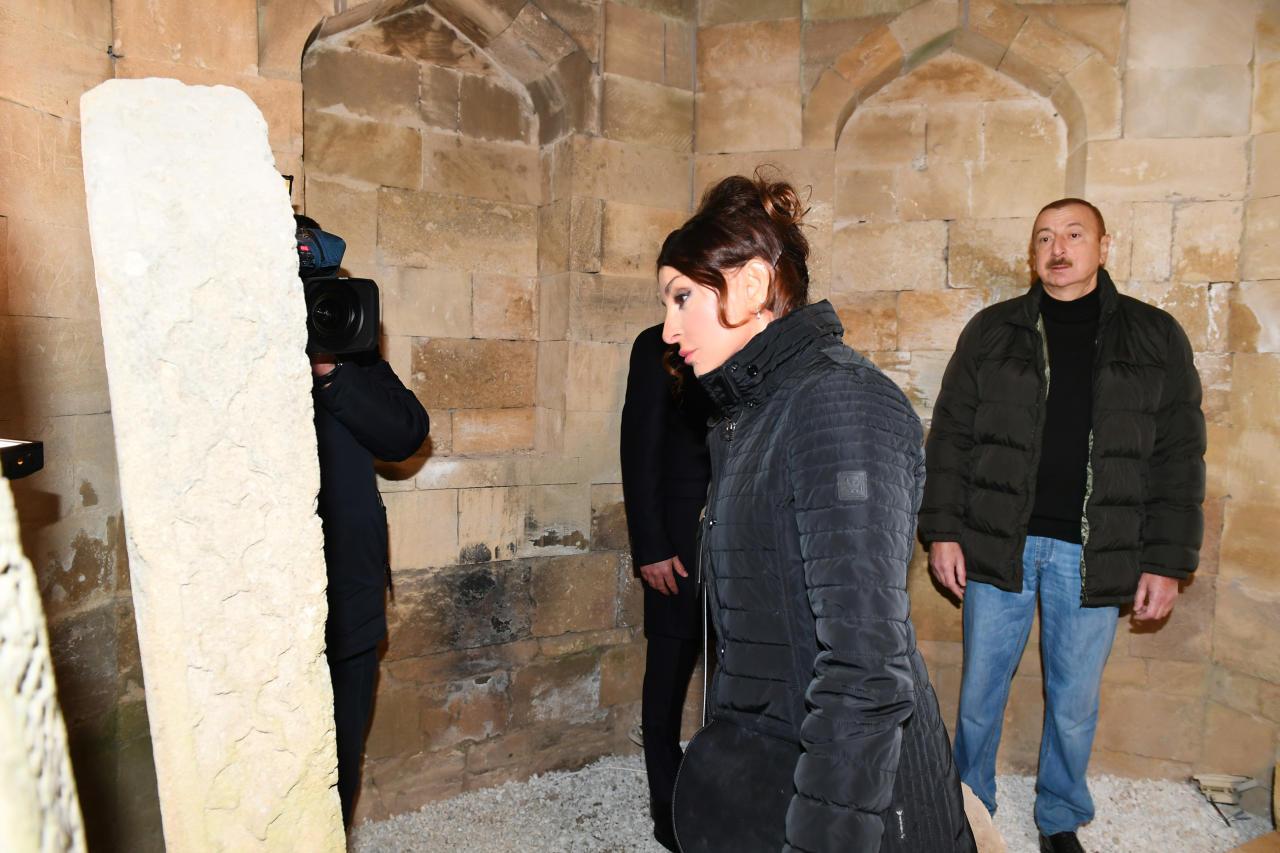 Президент Ильхам Алиев и Первая леди Мехрибан Алиева ознакомились с работами по благоустройству, проведенными на территории, прилегающей к усыпальнице Шаххандан в Шамахе