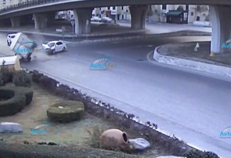 Тяжелое ДТП в Баку: KİA столкнулся с грузовиком, есть пострадавший