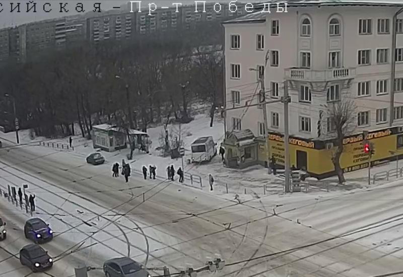 Маршрутка вылетела на остановку с людьми в России
