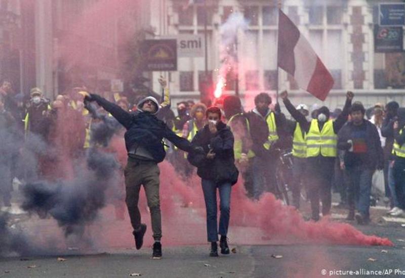 """Полиция применила слезоточивый газ против """"желтых жилетов"""" в Нанте и Париже"""