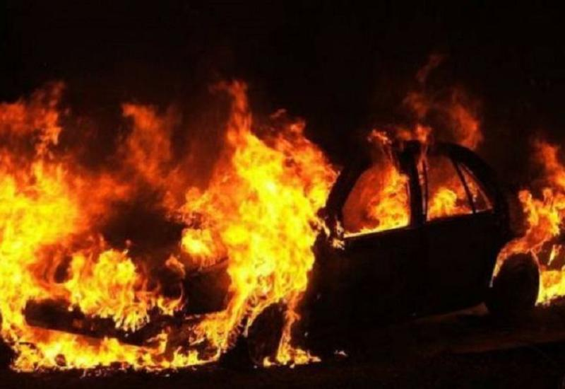 В Баку сгорел автомобиль посольства Ирака