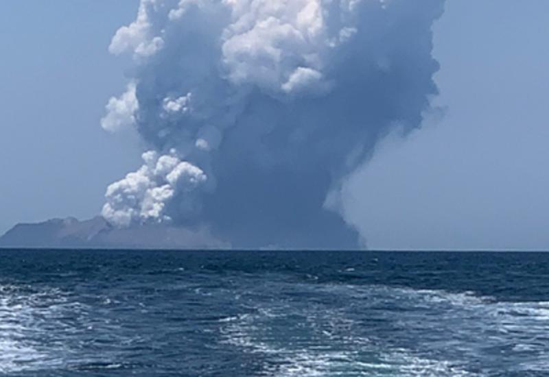Смертельное извержение вулкана в Новой Зеландии попало на камеры