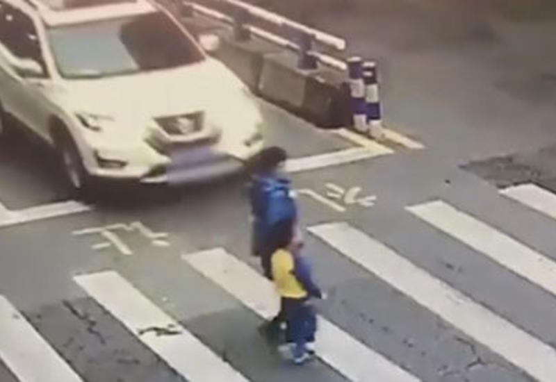 Маленький мальчик готов яростно заступаться за свою маму