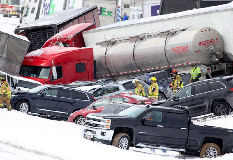 Более 50 автомобилей столкнулись на трассе в США