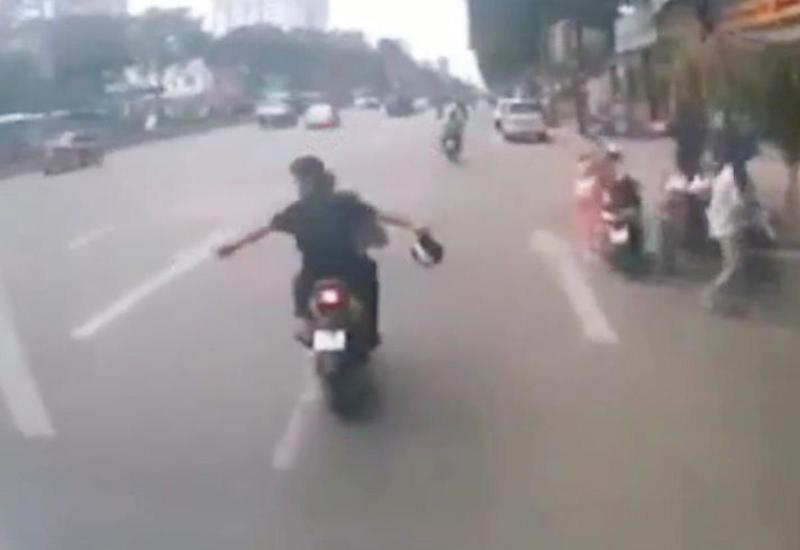 Водитель наказал мотоциклистов, устроивших экстремальный заезд перед его грузовиком