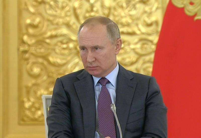 Президент РФ Владимир Путин поддержал идею увольнять чиновников за хамство