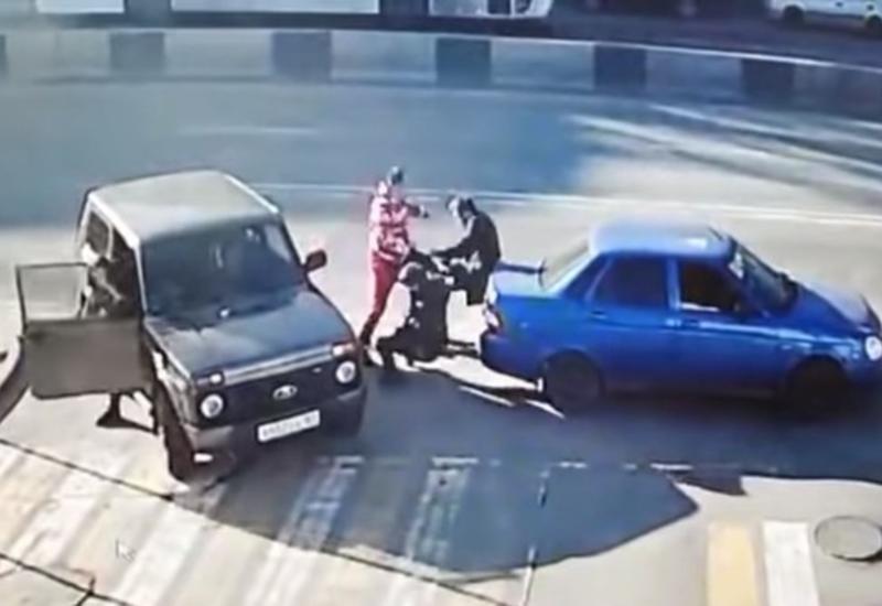 Мужчина одним ударом уложил двух оппонентов во время дорожных разборок