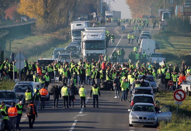 Почти миллион протестующих вышли на улицы Франции