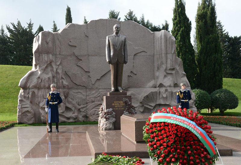 Представители ПЕА посетили могилу Общенационального лидера Гейдара Алиева