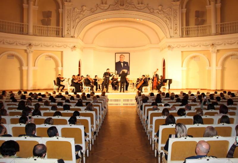 Filarmoniyada ulu öndər Heydər Əliyevin xatirəsinə həsr edilmiş anım gecəsi təşkil olunmuşdur