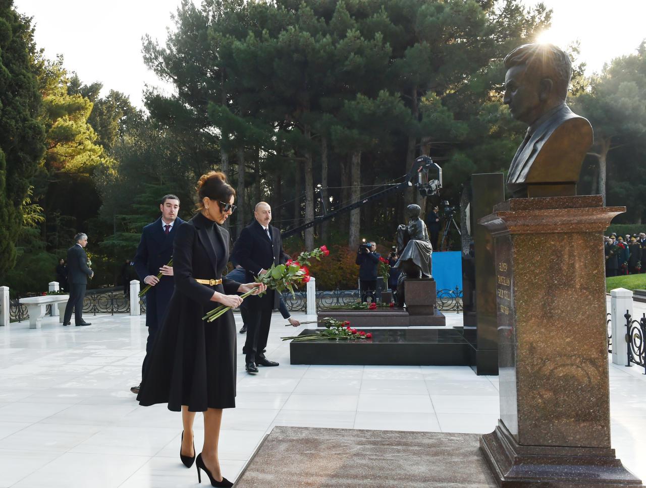 Президент Ильхам Алиев и Первая леди Мехрибан Алиева посетили могилу Общенационального лидера Гейдара Алиева