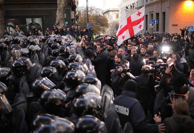 В Тбилиси разгоняют митингующих оппозиционеров