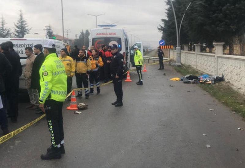В Турции автомобиль наехал на остановку с людьми, есть жертвы