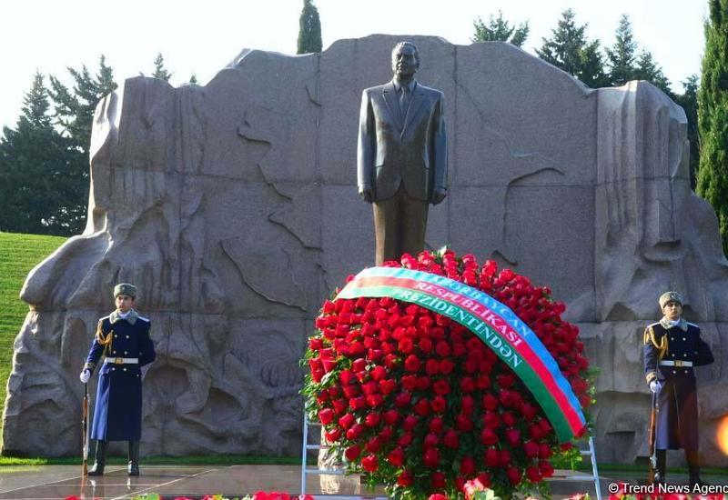 Общественность Азербайджана чтит память великого лидера Гейдара Алиева
