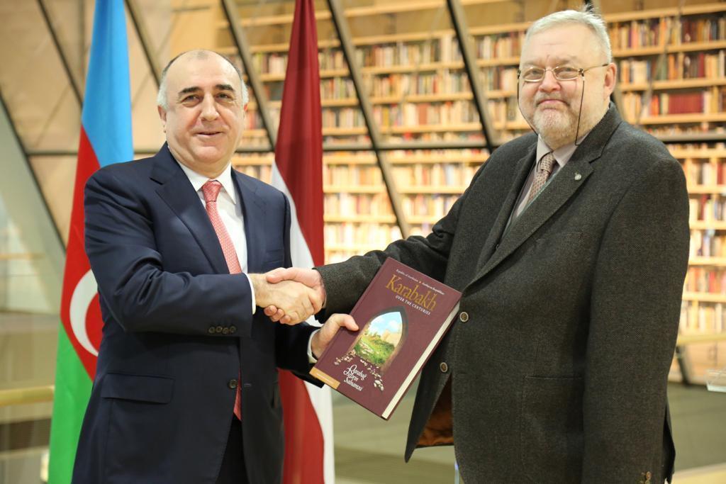 Эльмар Мамедъяров подарил Национальной библиотеке Латвии книгу о Карабахе