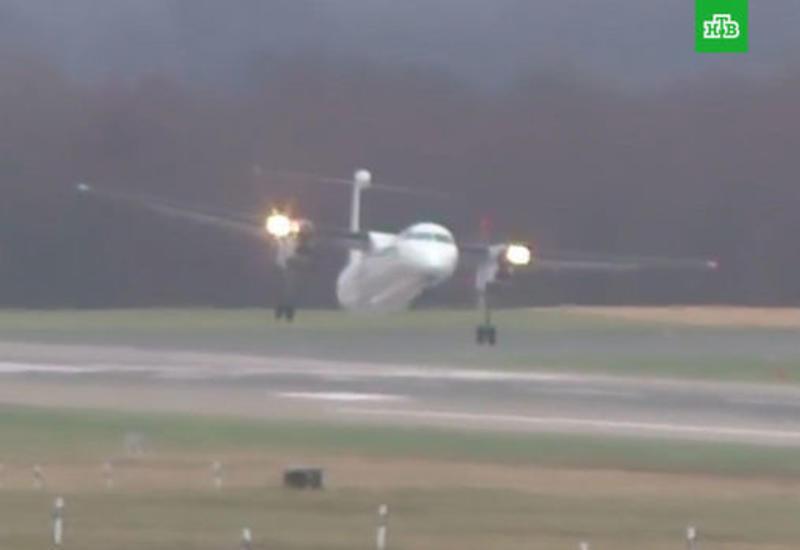 Опасная посадка пассажирских самолетов в ураган попала на камеру